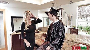 Зрелая мамочка с волосатой киской трахает пасынка в униформе студента