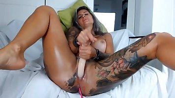 Татуированная баба с большими сиськами солирует между ног вибратором