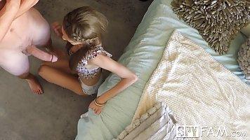 Молоденькая девушка в спальне брата соблазнила его на секс