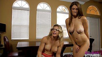 Парень пригласил домой двух женщин и снял вместе с ними от первого лица секс втр...