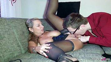 Мамочка с большими дойками предпочитает секс с молодым пасынком