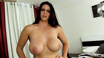 Мамочка с большими сиськами не против секса от первого лица с молодым парнем