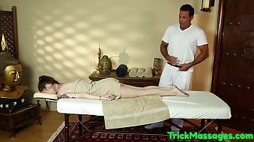 Во время массажа мужчина трахнул клиентку в ротик и залил ее спермой