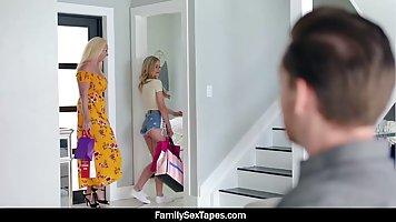 Падчерица блондинка соблазнила своего отчима на хардкор в гостиной