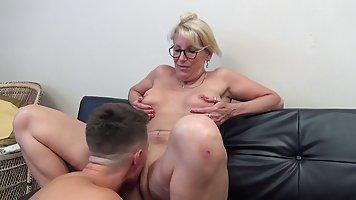 Зрелая дамочка наедине с пасынком соблазнила его на секс на диване