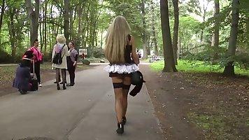 Парень с видео камерой в руках снимает секс с очаровательной мамочкой на публике