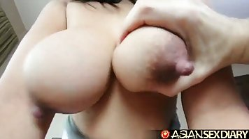 Азиатка с большими сиськами в разных позах трахается с парнем