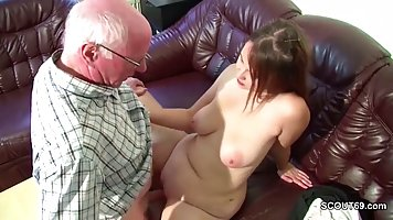 Толстушка после занятий зашла к деду и трахнулась с ним на диване