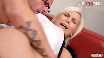 Блондинка с упругой задницей кончает от анального секса на кастинге