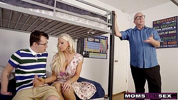 Блондинка с большими дойками изменяет своему мужу с его сыном