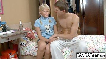 Молодая блондинка пришла к другу домой и раздвинула перед ним свои ноги для анал...