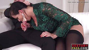 Мамочка толстушка подставляет свои дырочки для двойного проникновения с парнями