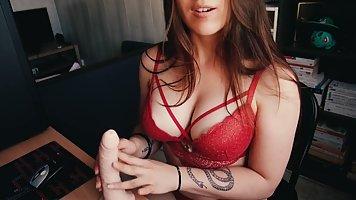 Девушка в красивом белье на камеру показывает большую жопу и сиськи