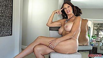 Зрелая дамочка перед камерой показывает мастурбацию и стриптиз