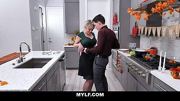 Шикарная мамочка с большими дойками трахается с пасынком на кухне