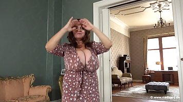 Мамочка с большими дойками во время соло программы показала свое тело