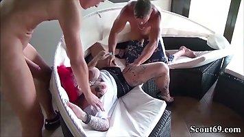Мамочка с тату и большими дойками наслаждается сексом и двойным проникновением