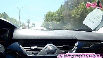 Развратная мамочка блондинка в машине трахается от первого лица