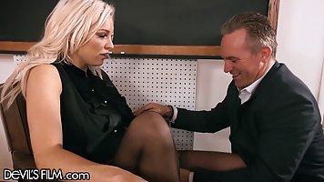 Блондинка с большими дойками задрала ноги в чулках для шикарного анального траха