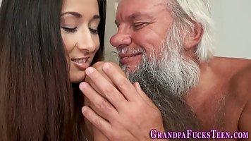Старый дед соблазнил молодую брюнетку на секс и трахнул ее членом
