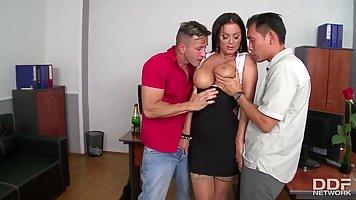 Начальница в офисе трахается с двумя подчиненными и глотает теплую сперму