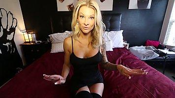 Блондинка в спальне задрала платье и устроила мастурбацию с секс игрушкой