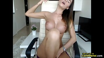 Девушка перед веб камерой показала большие дойки и раздвинула ноги для мастурбац...
