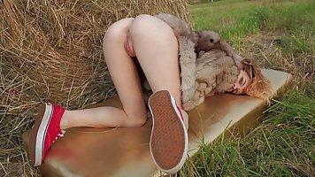 Рыженькая девушка на сеновале затрахала свою киску шаловливыми пальцами