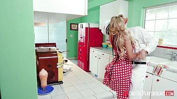 Блондинка в чулках трахается на кухне с очередным любовником