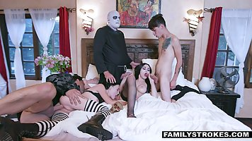 Групповое порно семейки монстров в униформе в честь Хэллоуина