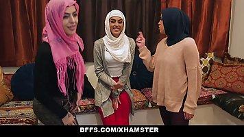 Негр с длинным и толстым членом трахает трех арабских шлюшек