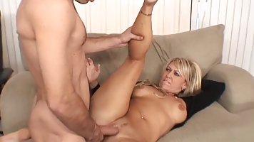 Блондинка в возрасте показала парню большие дойки и раздвинула попку для анала