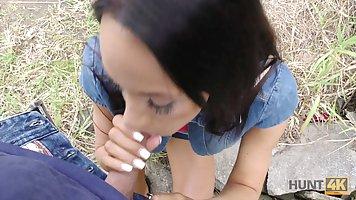 Брюнетка в парке делает глубокий минет и снимает трусики для секса