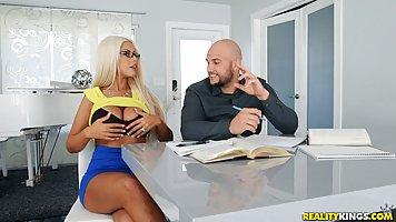 Блондинка показала лысому парню большие дойки и стала раком для секса