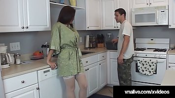 Мамочка с большими дойками прямо на кухне раздвигает ноги в чулках для вагинала