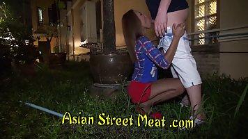 Азиатка в чулках прямо на улице сделала минет и раздвинула ноги для порки
