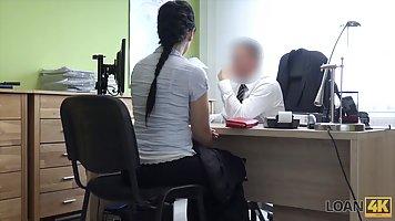 Брюнетка с большими дойками прямо в офисе трахается с боссом на столе