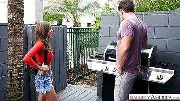 Девушка в шортиках крутит большими дойками и получает хардкор от соседа