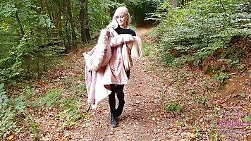 Блондинка в лесу делает минет от первого лица и принимает сперму