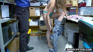 За воровство в магазине брюнетка сняла джинсы и трахнулась с охранником