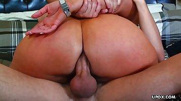 Мамочка брюнетка с большой жопой занимается анальным сексом со своим молодым пас...