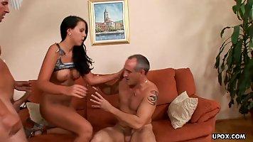 Брюнетка обожает анал с двумя мужиками и соглашается на двойное проникновение
