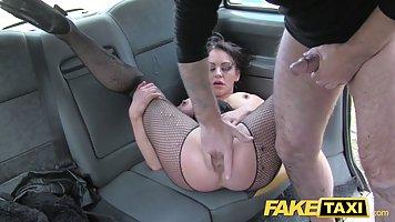 Водитель такси развел брюнетку с большими сиськами на секс в машине