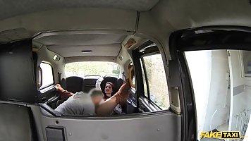Брюнетка в машине получает от развратного водителя глубокий анальный секс