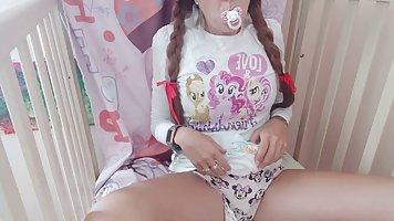 Девушка перед веб камерой солирует пальчиками между своих стройных ног