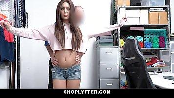 Брюнетка в офисе охранника получает хардкор и оргазм от порки