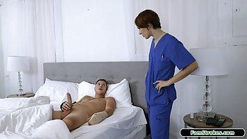 Брюнетка в униформе медсестры реально спасла пациента хардкор сексом
