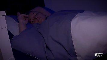 Спящая мамочка блондинка раздвигает ножки для порки с парнем от первого лица