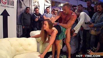 Парни подглядывают за парочкой развратников, которые любят секс на публике