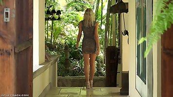 Блондинка с длинными ногами показывает соло стриптиз и возбуждает мужчин